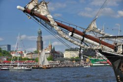 Hamburg-stadtansicht-mit-schiff-www-mediaserver-hamburg-de-c-spahrbier